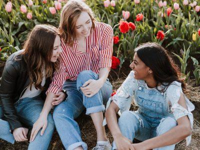 estudiantes sentados afuera